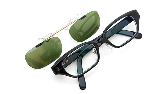 白山眼鏡店 ポンメガネオリジナル跳ね上げ式クリップオンサングラス ブラック ヴィンテージグリーンAG 装着例