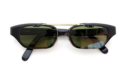 白山眼鏡店 ポンメガネオリジナル跳ね上げ式クリップオンサングラス ブラック ヴィンテージグリーンAG 装着例 閉じた状態