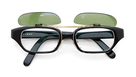白山眼鏡店 ポンメガネオリジナル跳ね上げ式クリップオンサングラス ブラック ヴィンテージグリーンAG 装着例 開いた状態