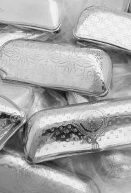 REINHOLD KÜHNのアルミ製デットストックメガネケースが店頭に並びます。