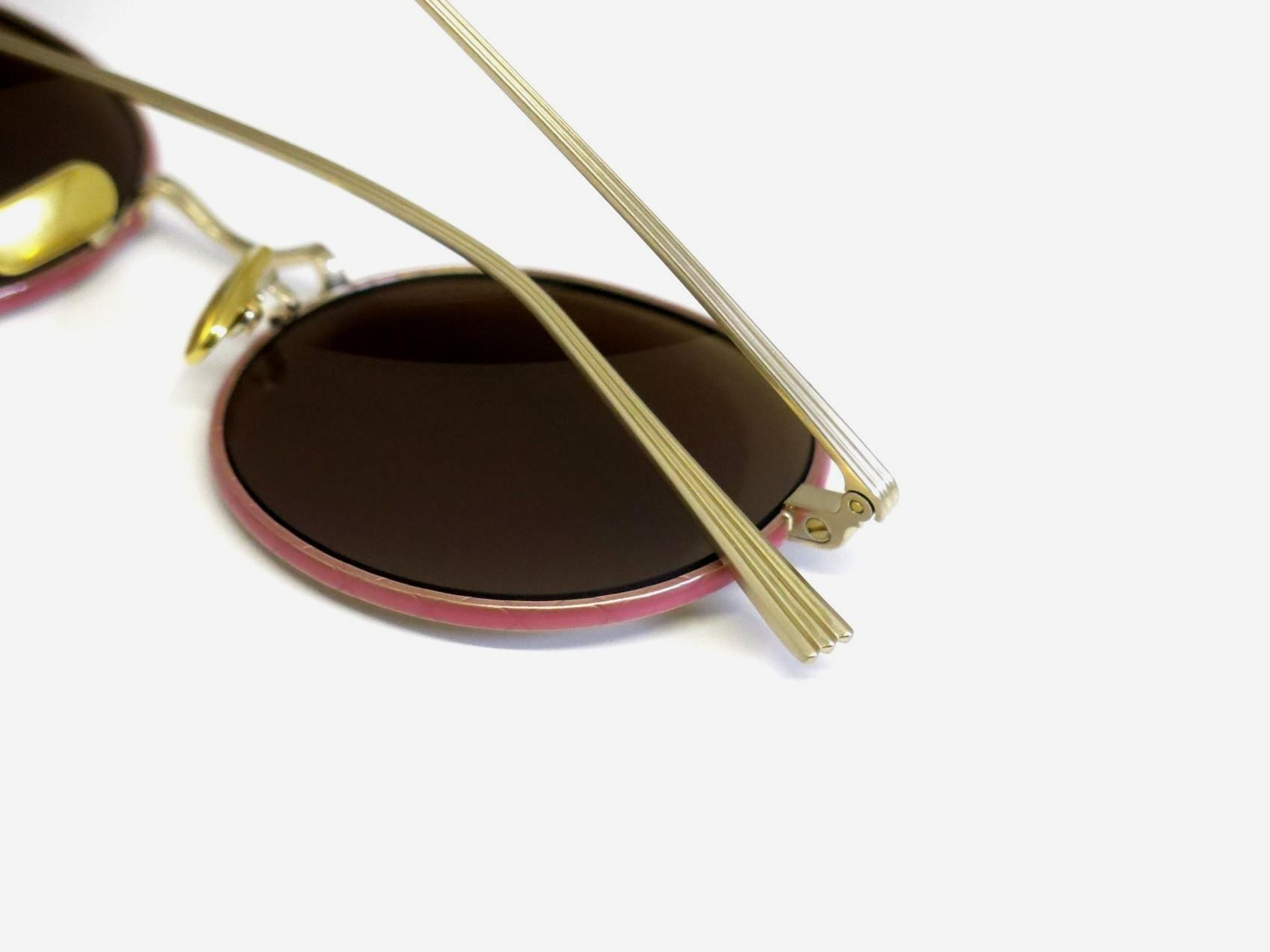 シンプルなファッションにアクセントとして使えるサングラス