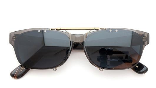金子眼鏡 ポンメガネオリジナル跳ね上げ式クリップオンサングラス KCS-05_CGY ダークグレーAG 装着例 閉じた状態