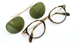 OLIVER PEOPLES 跳ね上げ式クリップオンサングラス Wylie-P COCO/AG ヴィンテージグリーンレンズ 装着例