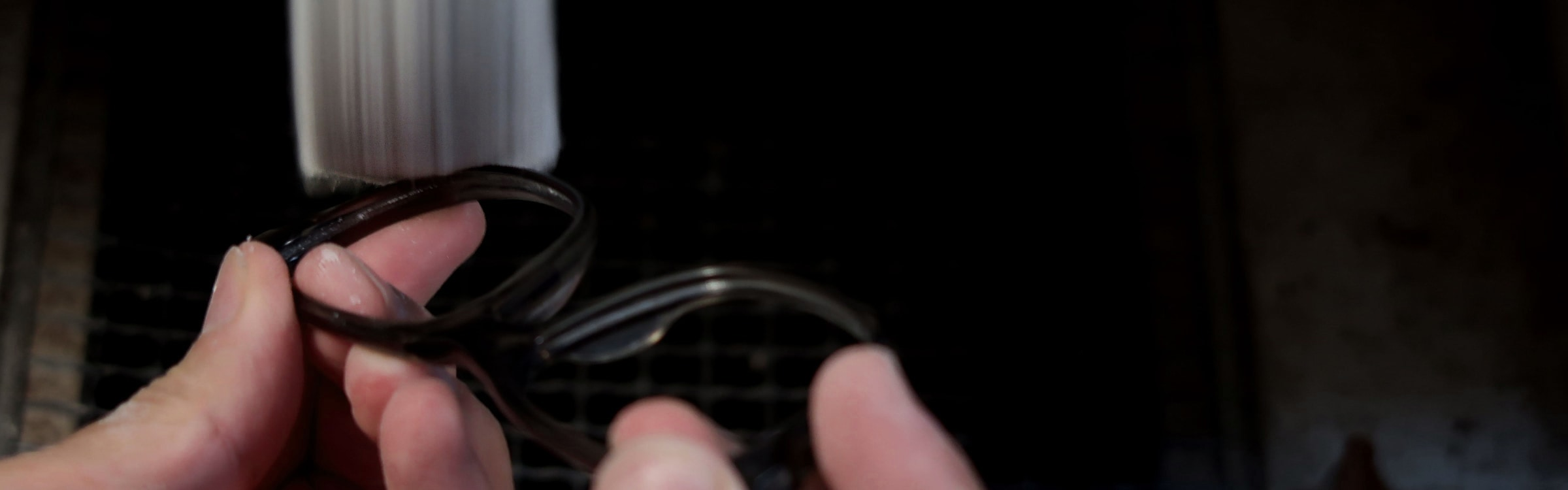 メガネフレームの仕上げバフ磨き